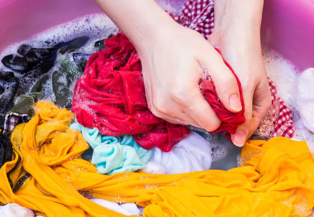 hình mẹ giặt quần áo