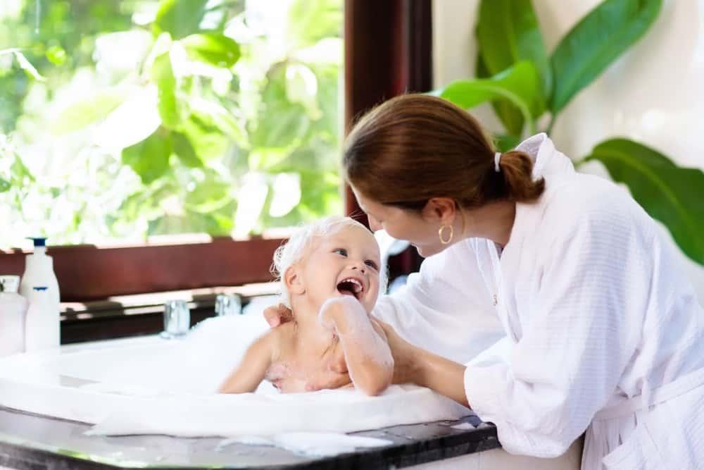 tắm mát khi bé bị nổi mề đay