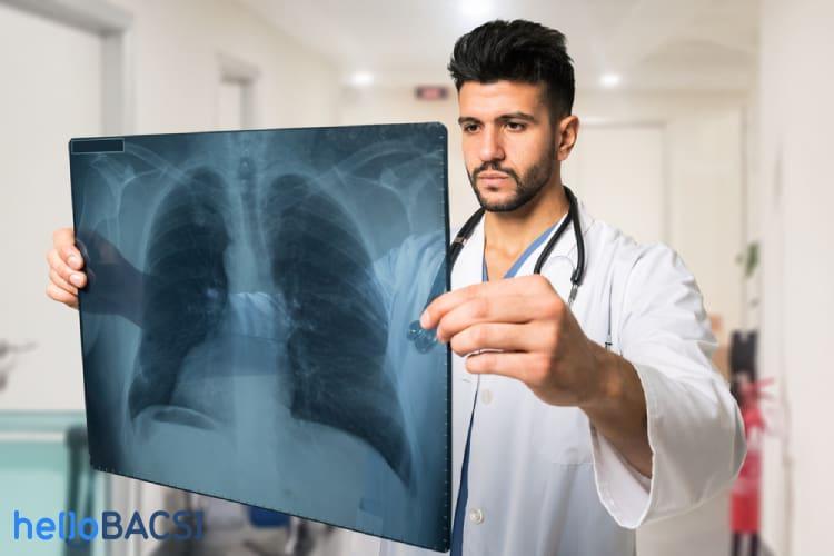 bác sĩ kiểm tra các bệnh về phổi cho bệnh nhân