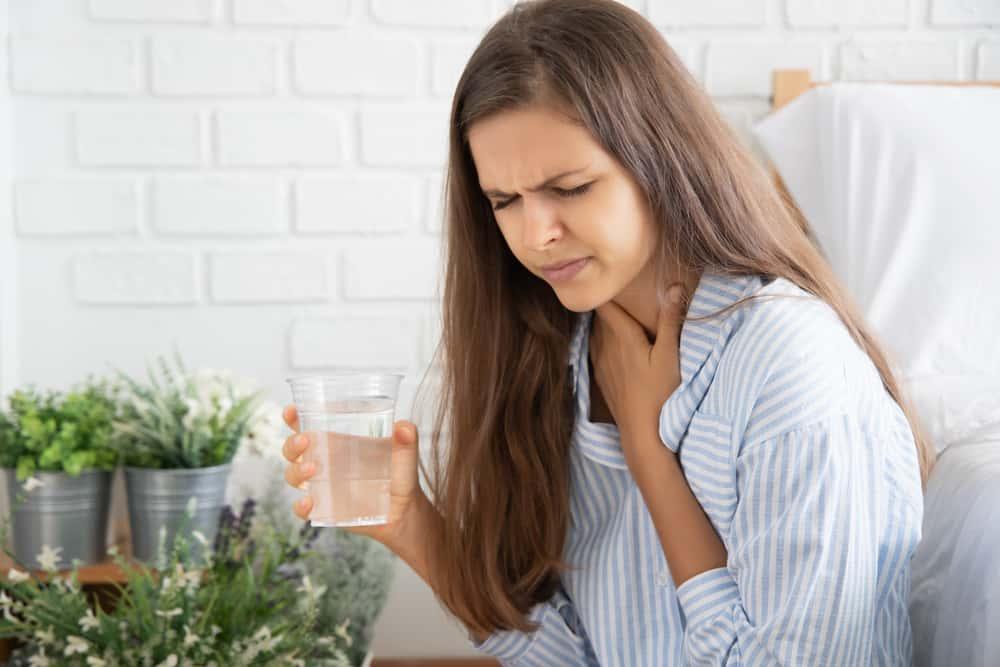 Nấc là hiện tượng gì? Nguyên nhân, triệu chứng và cách điều trị
