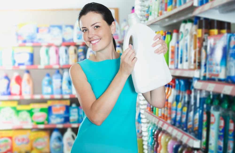 cô gái chọn lựa sản phẩm chăm sóc nhà cửa phù hợp
