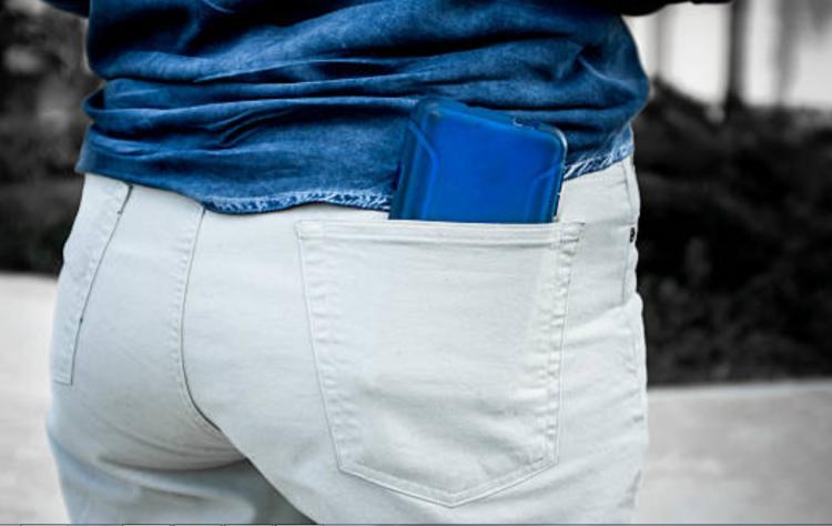 Đặt điện thoại ở túi quần phía sau