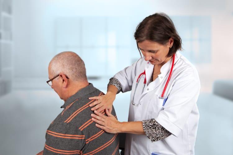 đau vùng lưng sau phổi