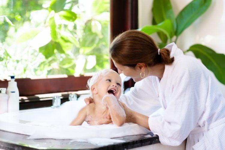 tắm cho bé bằng nước ấm để chăm sóc da cho trẻ sơ sinh
