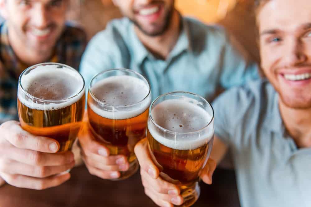 Người bị bệnh hen nên kiêng uống bia rượu