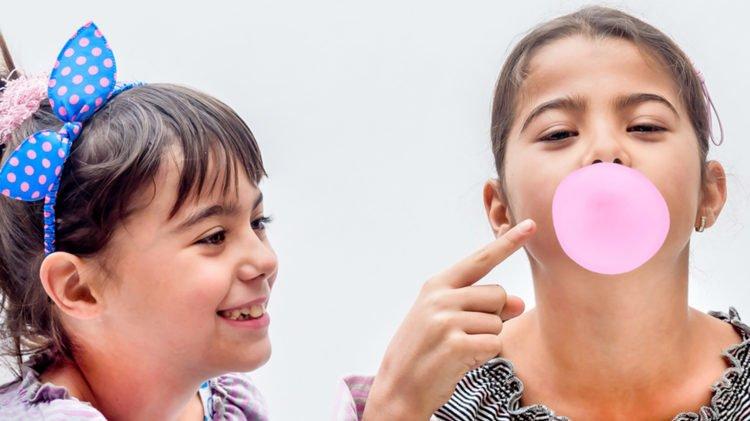 Trẻ lỡ nuốt kẹo cao su phải làm sao?