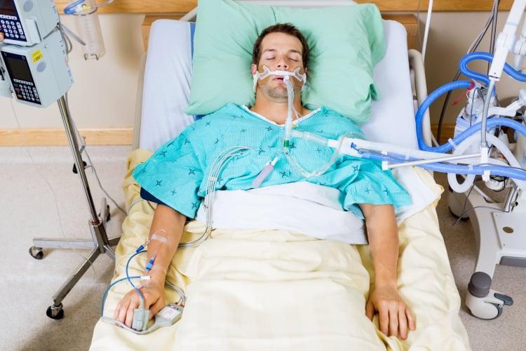 Dùng mặt nạ cung cấp oxy giúp người bệnh viêm thanh thiệt dễ thở