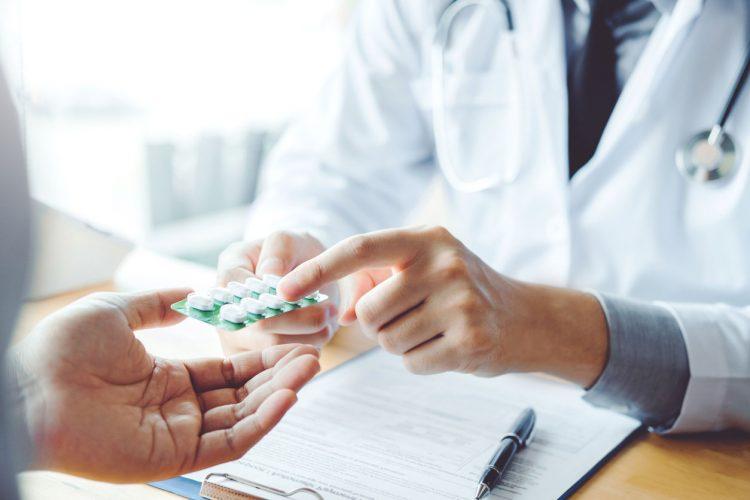 sử dụng thuốc điều trị đau ngực trái