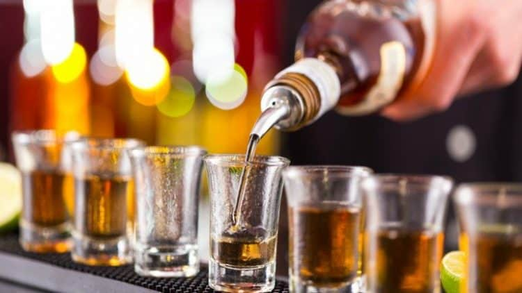 rượu bia chứa cồn không có lợi cho não
