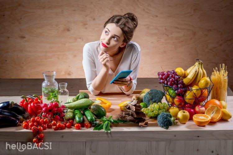 cô gái với nhiều loại rau củ quả trên bàn