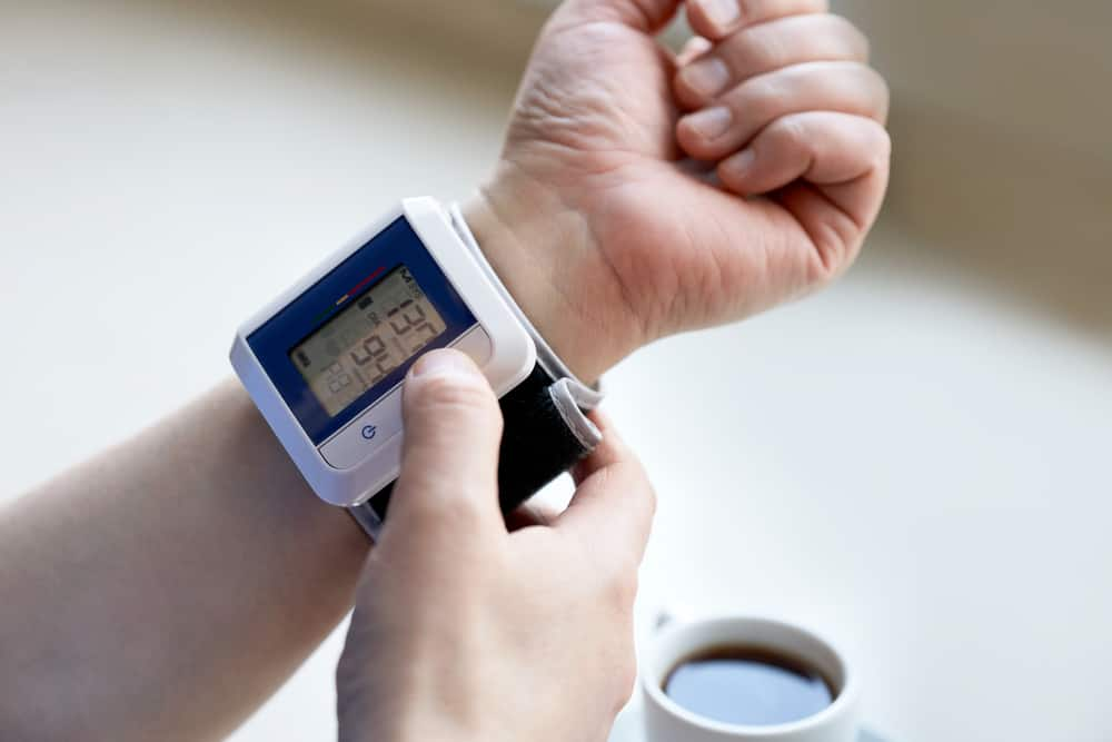 Tụt huyết áp nên uống gì? 6 loại thức uống dễ làm tại nhà