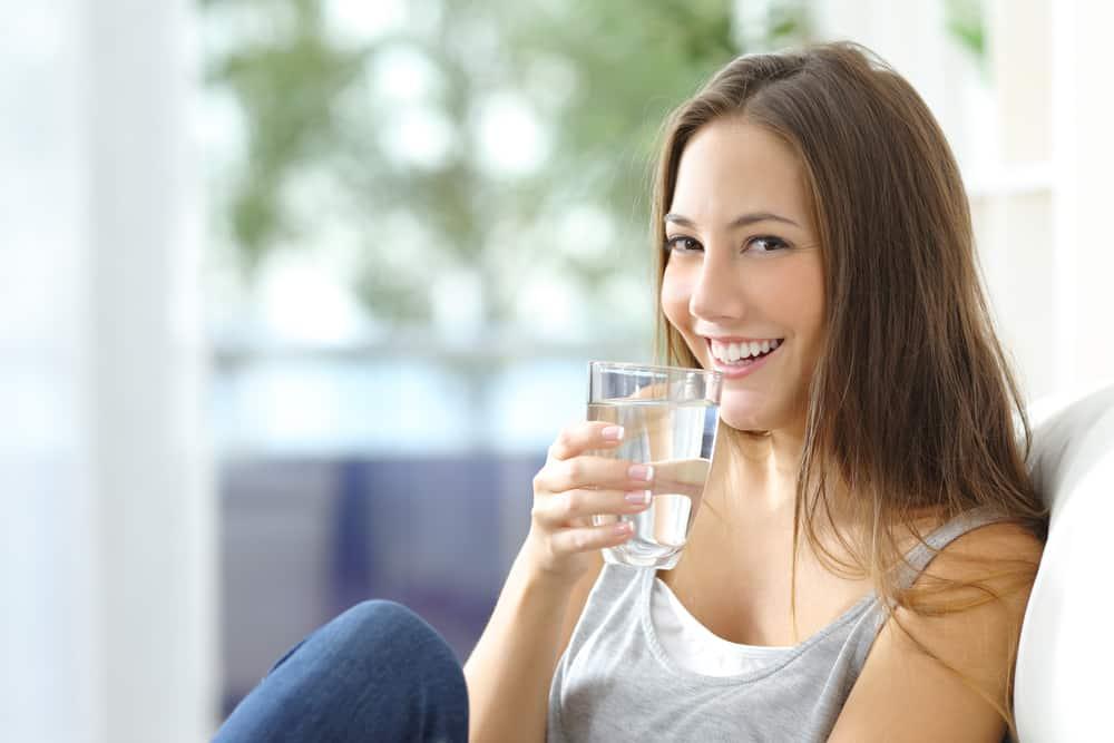 tụt huyết áp nên uống nước lọc