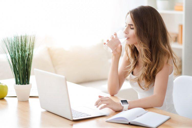 uống nhiều nước để kiểm soát tình trạng ra mồ hôi tay