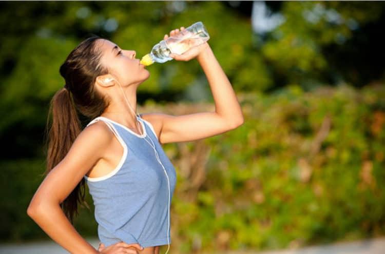 cô gái uống nước