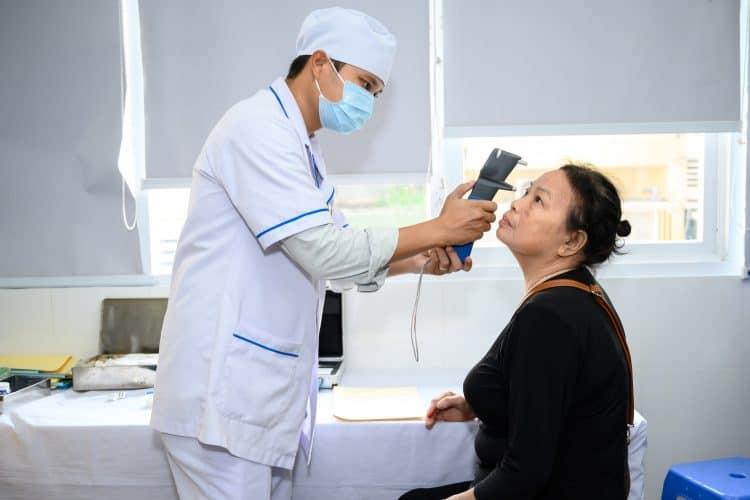 bác sĩ kiểm tra mắt cho người cao tuổi